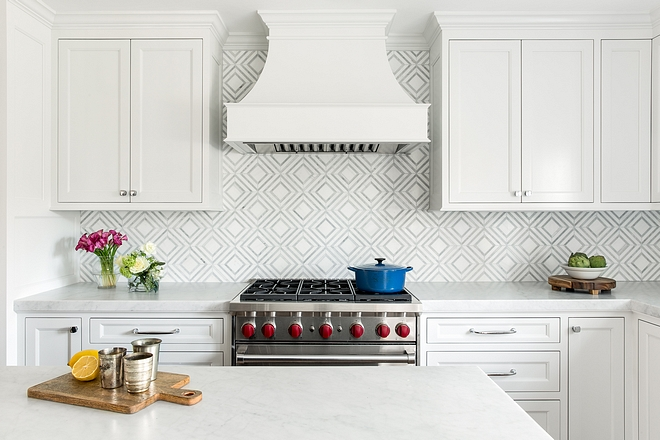 Classic White Kitchen Paint Color Benjamin Moore White Dove You can't go wrong with this classic white paint color for kitchens Benjamin Moore White Dove #BenjaminMoore #BenjaminMooreWhiteDove #Classicwhitekitchen #whitekitchen #paintcolor #classicwhitepaintcolor