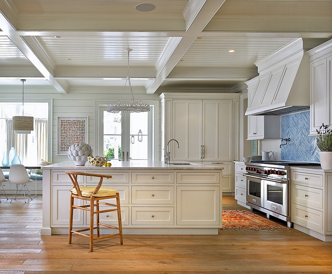 Soft White Kitchen Paint Color Benjamin Moore White Dove Best soft white paint color Most-used white paint color Most Popular White Paint Color #Whitepaintcolor #whitekitchenpaintcolor #BenjaminMooreWhiteDove