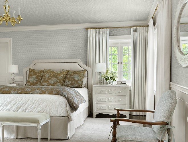 Traditional Bedroom This traditional bedroom feels refined and elegant The wallcovering is Schumacher Burley Orpington - Blue wallpaper #traditionalbedroom #traditionalinteriors #bedroom