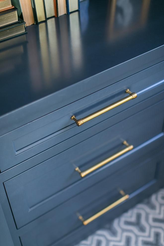 Navy cabinet with brass hardware Navy cabinet with brass hardware looks warm and trendy #Navycabinet #brasshardware