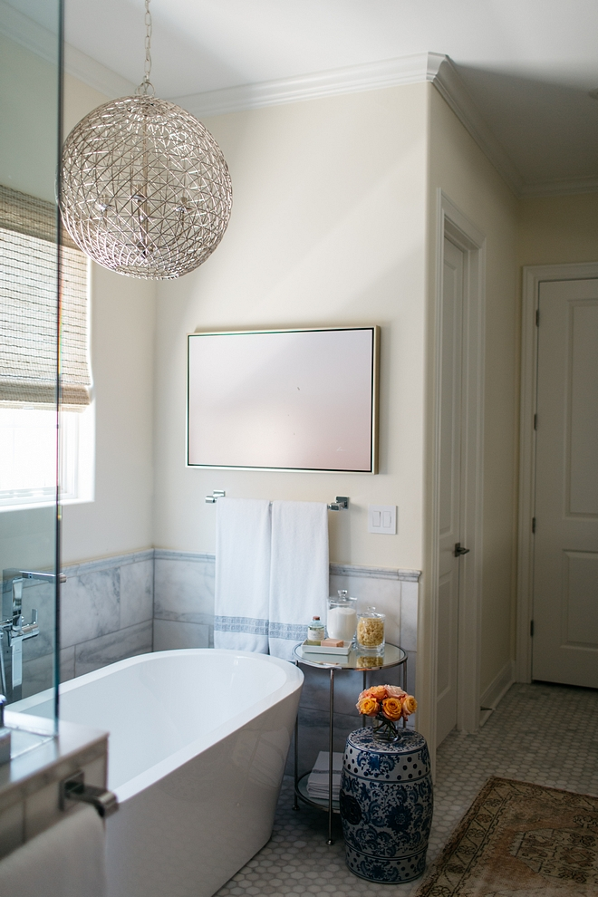 Benjamin Moore 943 Spanish Cream White The designer painted the walls in Benjamin Moore Spanish White Benjamin Moore 943 Spanish Cream White Benjamin Moore 943 Spanish Cream White #BenjaminMoore943SpanishCreamWhite