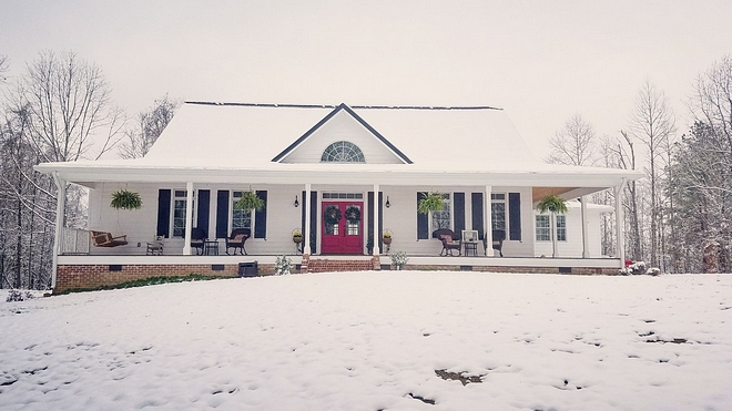 Farmhouse exterior Chirstmas decor Country farmhouse with front porch decorated for Christmas Farmhouse exterior Chirstmas decor ideas #Farmhouse #farmhouseexterior #Chirstmas #Chirstmasdecor