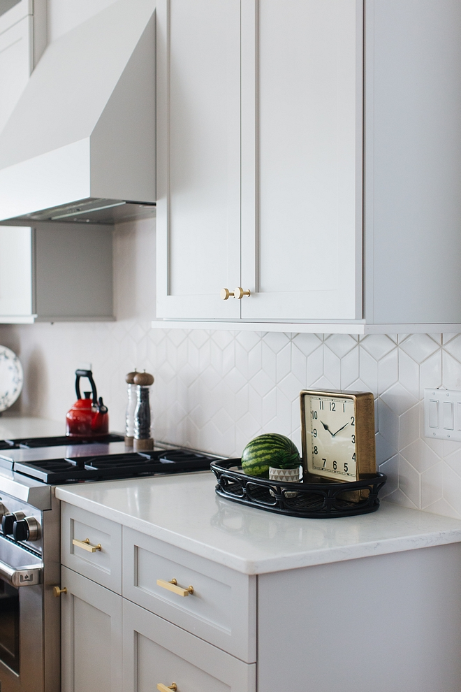 Geometric white tile Light grey kitchen with Geometric white tile and brushed brass hardware Geometric white tile Geometric white tile #Geometricwhitetile #Geometrictile