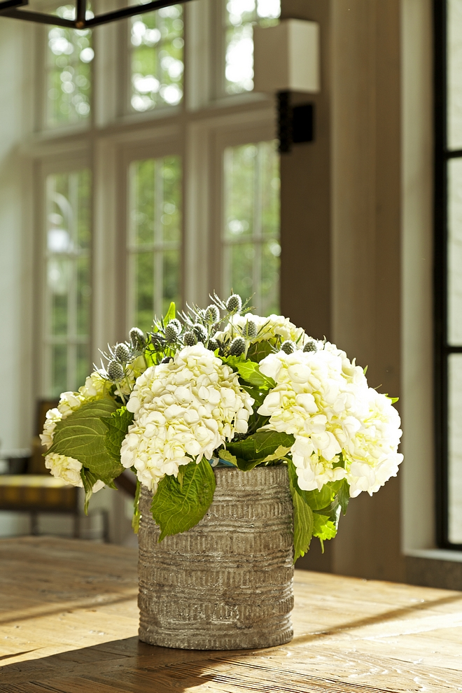 White hydrangeas Rustic vase with white hydrangeas White hydrangeas are one of my favorite flowers to make a beautiful arrangement. They're so easy to work with #Whitehydrangeas