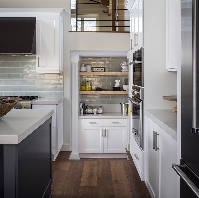 In my opinion, Sherwin Williams 7006 Extra White is the best crisp white paint color for kitchen cabinets Sherwin Williams 7006 Extra White Kitchen Cabinet Style Shaker, painted in Sherwin Williams 7006 Extra White #SherwinWilliams7006ExtraWhite #SherwinWilliamsExtraWhite
