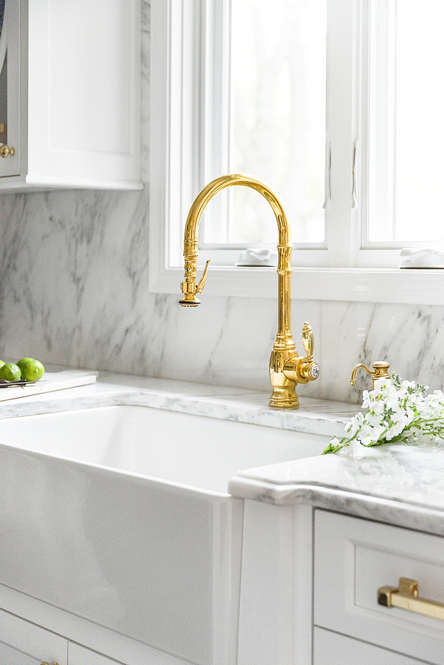 Brass Brass always looks so pretty against white marble This is a classic and timeless combination White kitchen with brass accents #whitekitchen #brass #brasshardware #brassaccents #brasskitchen #kitchenbrass