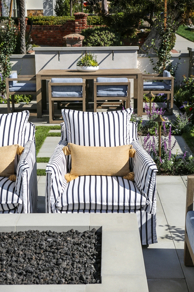 Striped upholstered outdoor chairs Blue and white Striped upholstered outdoor chairs with Sunbrella fabric Striped upholstered outdoor chair #Stripedoutdoorchair #upholsteredoutdoorchair #outdoorchair