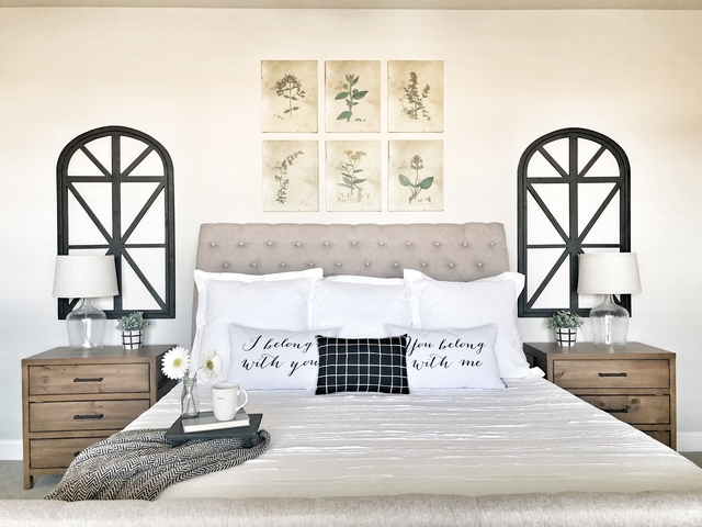 Magnolia Home Bedroom I decided I wanted a black a white theme when I saw a photo from Magnolia Home that had beautiful black wood arched frames behind the nightstands Magnolia Home Bedroom #MagnoliaHome #Bedroom