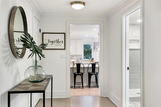 Benjamin Moore OC White Dove Foyer Paint Color Benjamin Moore White Dove the entire home is White Dove #BenjaminMooreOCWhiteDove #FoyerPaintColor #BenjaminMoore #WhiteDove