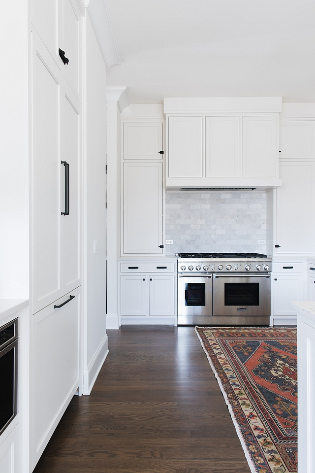 Kitchen with cabinet touching ceiling Although this is not a big kitchen, it certainly offers plenty of storage space thanks to the cabinets that goes up to the ceiling Kitchen with cabinet touching ceiling #Kitchencabinettouchingceiling