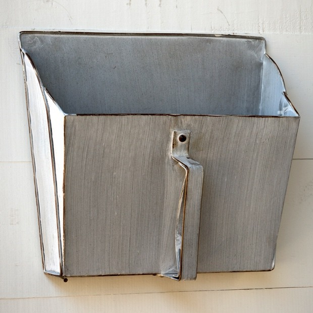 vintage-style-metal-dust-pan-wall-bin