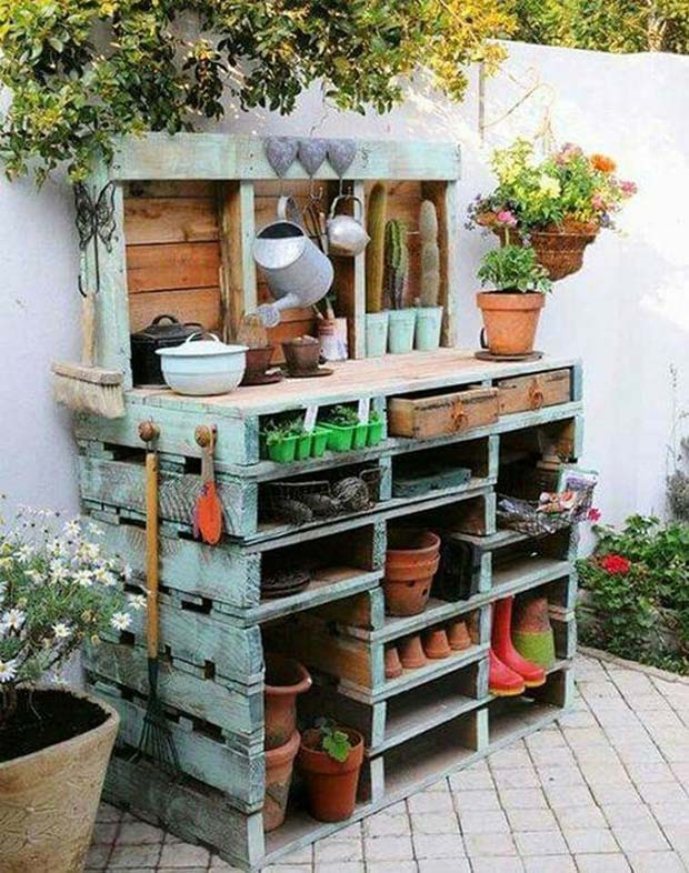build your garden table with wooden pallets