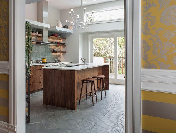 Extra-thin wood-look tiles with gray paint effect in herringbone parquet formation – perfection!