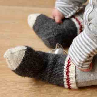 I love these adorable baby socks! They're mini baby work socks just like real lumberjack socks or monkey socks. Super cute! #babysocks #knitting #worksocks #babyworksocks