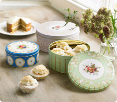 Practical kitchen accessories: Set of three vintage cake tins