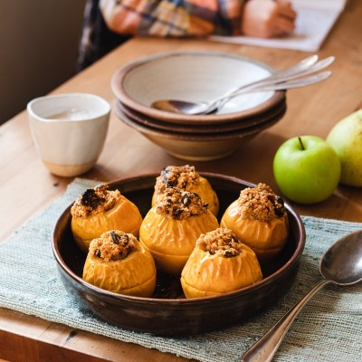 BAKED APPLES WITH DATE CRUMBLE