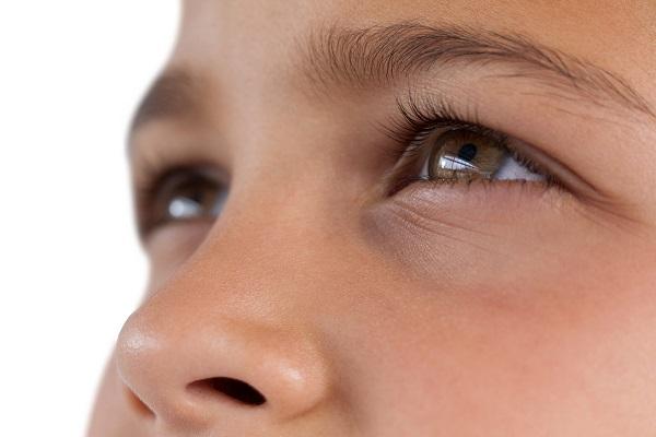 Forçar a vista para enxergar melhor