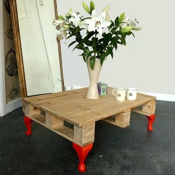 recyclage d une palette en table basse avec pieds colores