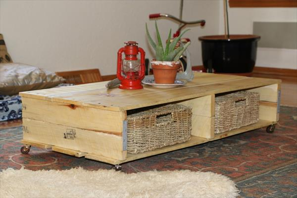44 recyclage de palettes en bois pour une table basse avec espace pour des paniers