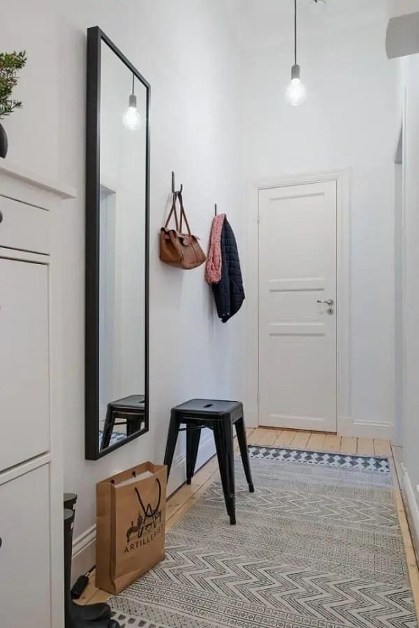 un miroir pour decorer un salon ou une entree et agrandir visuellement l espace