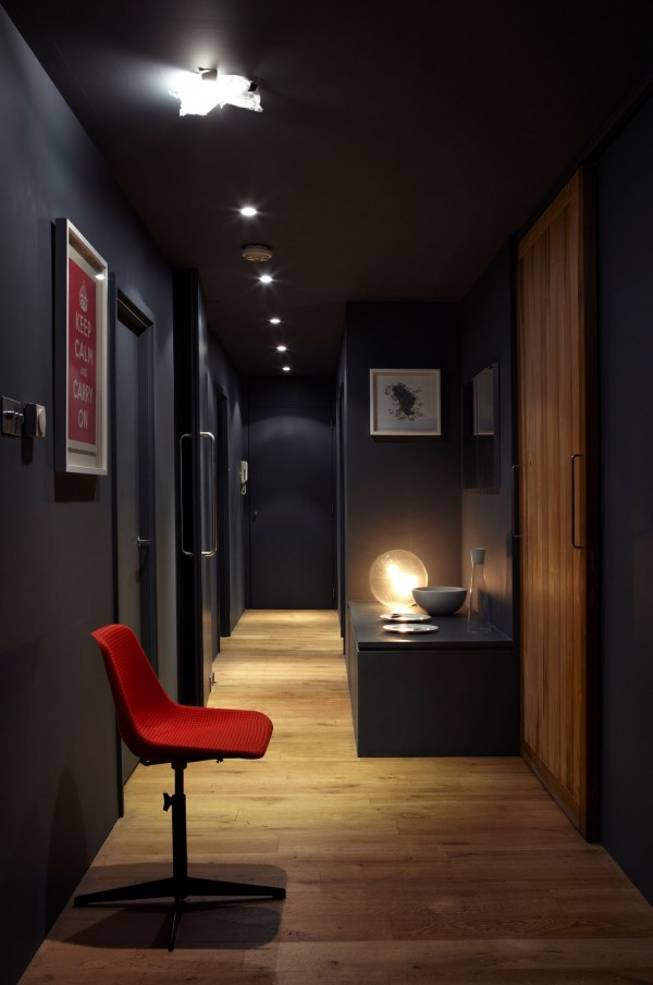 couloir mur blanc porte grise unixpaint. Black Bedroom Furniture Sets. Home Design Ideas