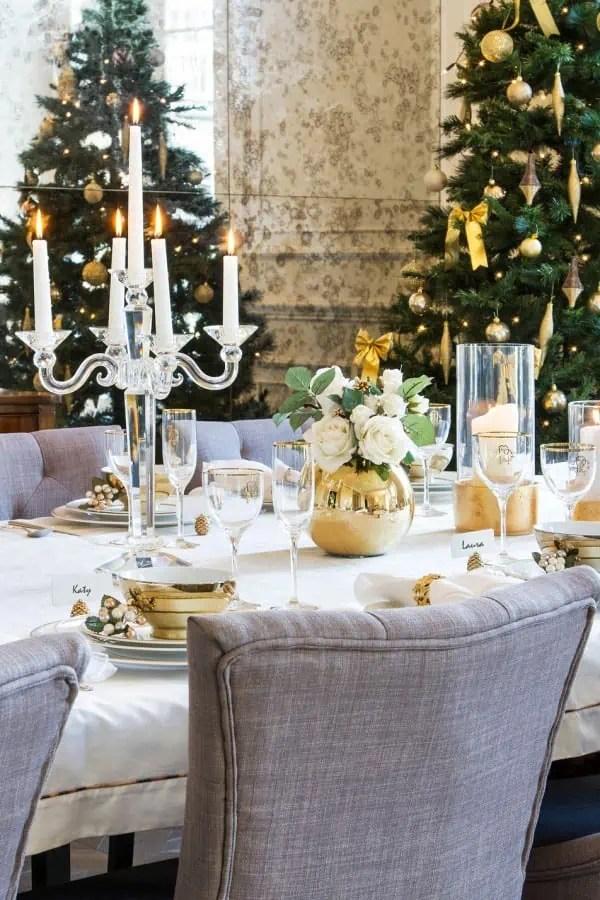 cheap une ide de dcoration chic pour la table de nol avec de la vaisselle dore with photo deco table noel