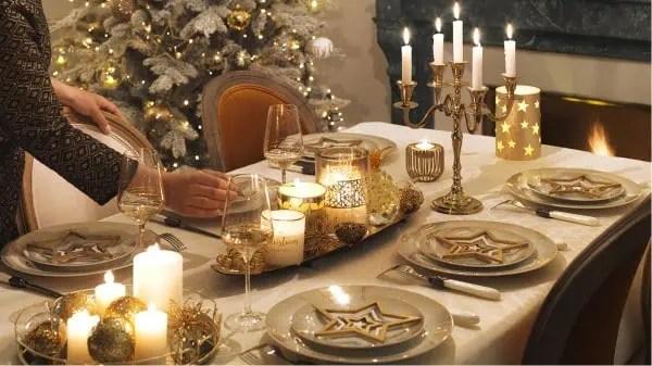 une idee de decoration gold et brillante pour la table de noel inspiration maisons du