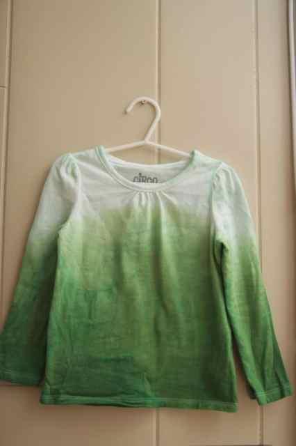 Make a DIY ombre shirt using RIT dye. It's so simple!