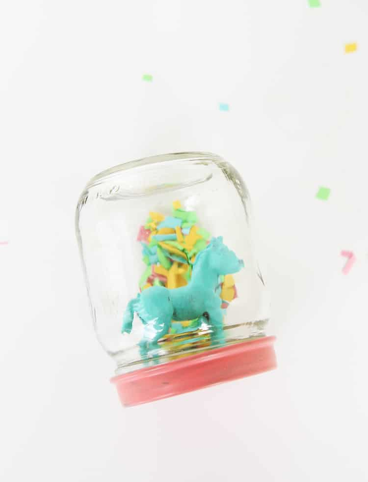 These animal confetti globes are like diy snow globes for SPRING! They are SO ADORABLE and would make the cutest diy party favors!