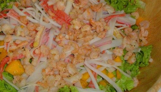 Salada de camarão, manga e Kani Kama
