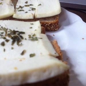 torrada com queijo branco