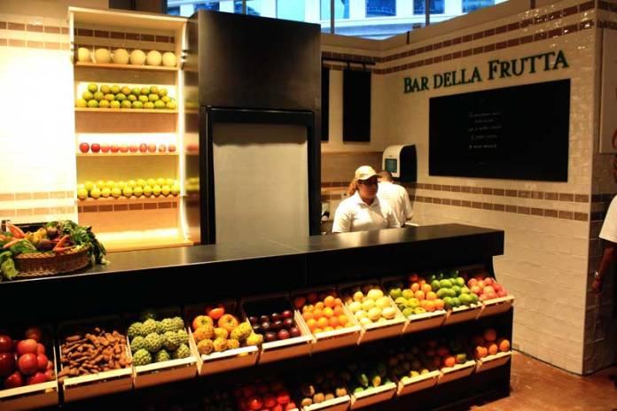 Um projeto que nasceu no Brasil e poderá ser seguido em outras lojas pelo mundo. O Bar Della Frutta oferecerá sucos feitos na hora com as frutas mais frescas vindas do Hortifrutti.
