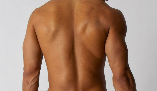 Homem No Espelho - Pelos corporais onde aparar e onde deixar - Depilação masculina - Costas