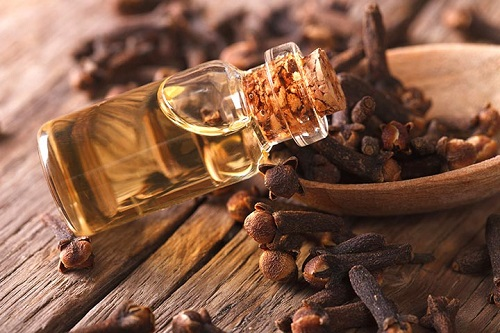 Toothache Remedy with Clove Oil