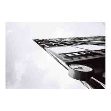 Ingelijste fine art foto print | At 09:45 Sharp | Maker: Niels Eric | hoogwaardige fotoafdrukken in een galeriekwaliteit lijst | www.homeseeds.nl #print #fineart #werkaandemuur