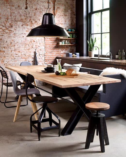 Stoer en gezellig eten met verschillende stoelen en krukken | www.homeseeds.nl