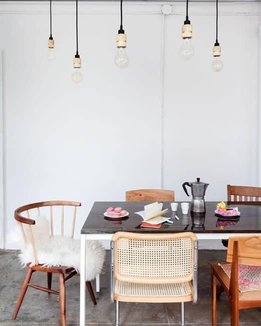 Mix verschillende stoelen aan je eettafel voor een gezellige sfeer! | www.homeseeds.nl