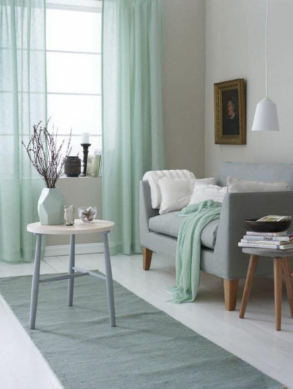 Koele kleuren laten een ruimte groter lijken | woonkamer met koele tinten voor een ruimer effect | www.homeseeds.nl