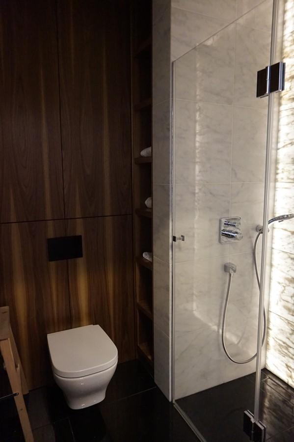 Drewno W Maej Azience Z Prysznicem Inspiracja HomeSquare