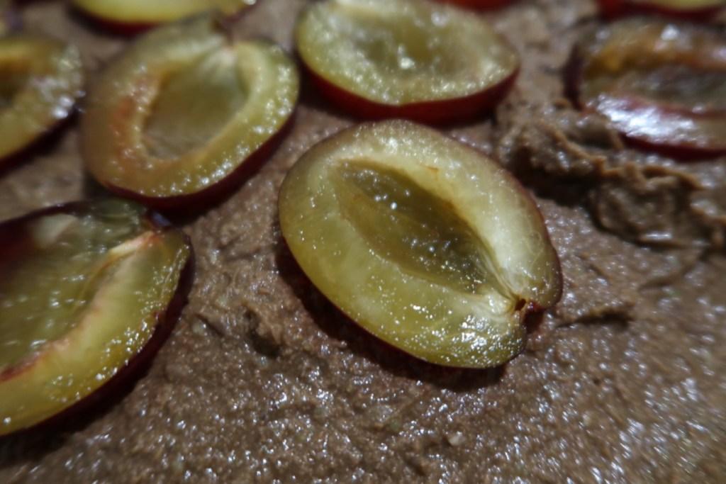 brownie z bobu ze śliwkami surowe