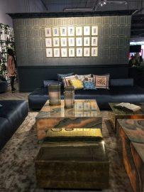 Kamienne podświetlane ławy i tapeta art deco