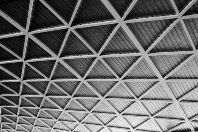 Bu, bir otoparkta bulunan bir tür oluklu metal çatı kaplamasıdır.