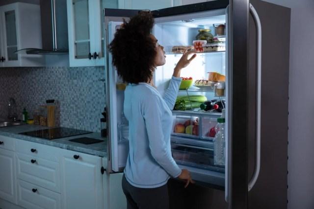 Buzdolabında yiyecek arayan kadın.