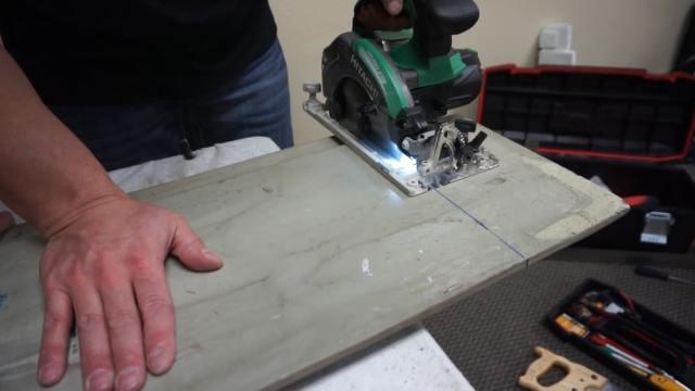 Panel parçalarını bir delik testeresi kullanarak kesmek.
