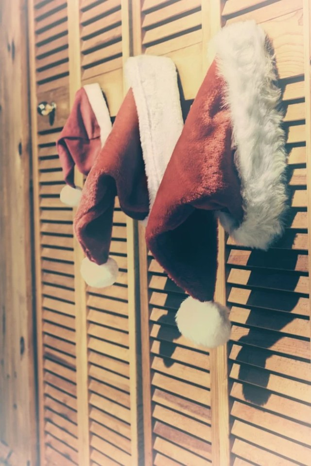 Bu, Noel Baba şapkalarıyla süslenmiş iki katlı kapılara yakından bir bakış.