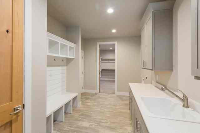 Bu büyük oda, bej renkli duvarlara ve tavana karşı öne çıkan beyaz bir çamur odasına sahiptir.