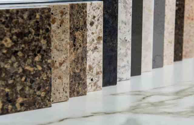 Sergilenen çeşitli granit örnekleri.