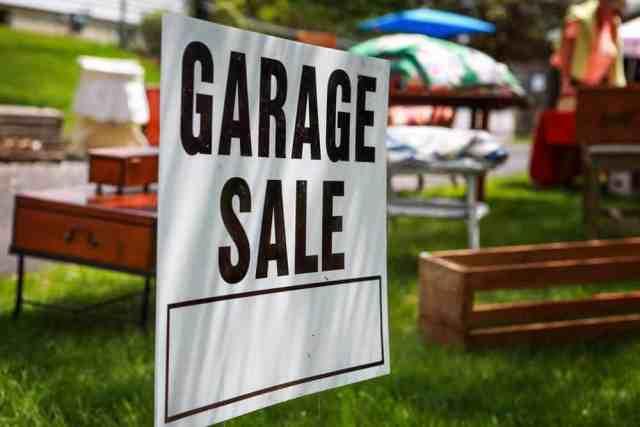 Arka planda garaj satışı için tabelada kapanış.