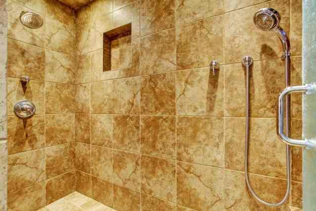 Bu, bir banyonun granit fayanslı duş alanına yakından bir bakış.