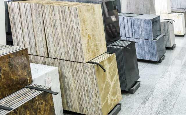 Bir mağazada sergilenen farklı granit karo yığınları.